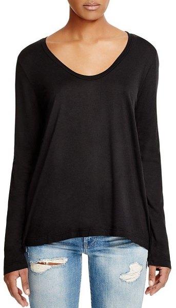 svart långärmad t-shirt med scoop hals och ljusblå jeans