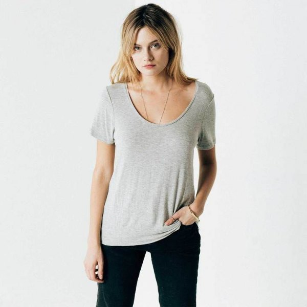 grå t-shirt med halsringning och svarta skinny jeans