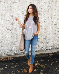 grå överdimensionerad t-shirt med ljusblå skinny jeans och kamelstövlar