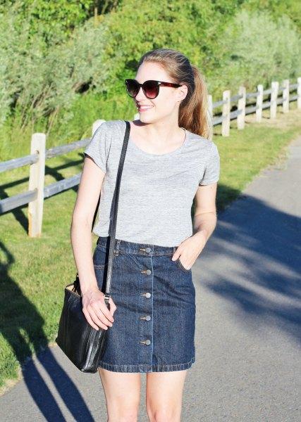 grå t-shirt med scoop halsringning och mörkblå denim mini kjol med knappfickor