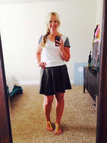 svart åkare kjol och vit t-shirt med scoop halsringning och randiga ärmar