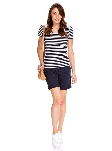 svartvitt randig t-shirt med mörkblå minishorts