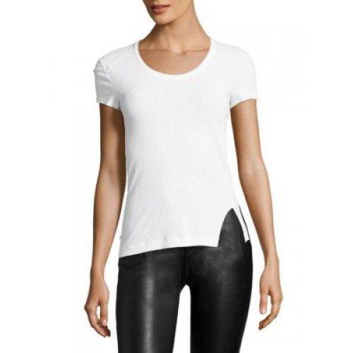 vit figur-kramande t-shirt med svart läder gamacher