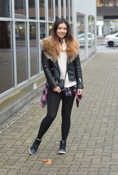 gräddfärgad stickad tröja svarta leggings