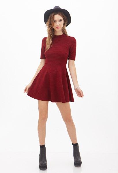 röd mock neck skater klänning svart filt hatt