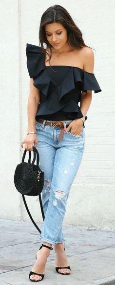 en axel svart ruffle topp pojkvän jeans
