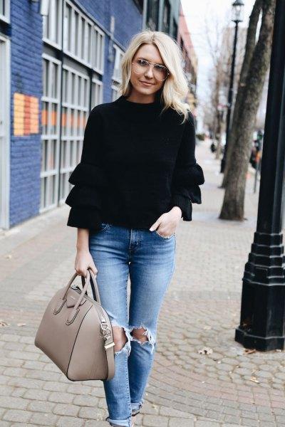 svart långärmad volangtröja med rippade jeans