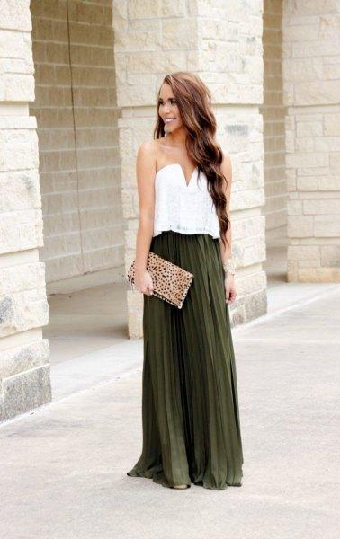 vit blus med älskling halsringning och mörkgrön veckad kjol