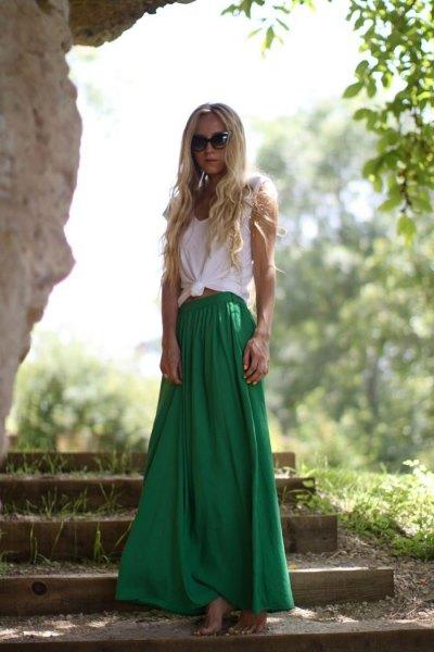 vit knuten ärmlös T-shirt med grön maxikjol