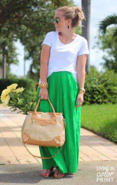 vit t-shirt med en ljusgrön maxi-veckad kjol