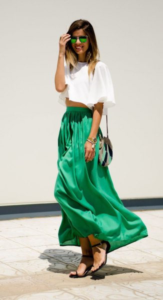 vit kort t-shirt med grön maxikjol med hög midja