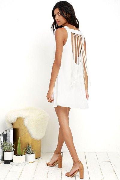 ärmlös miniklänning med vit halsringning