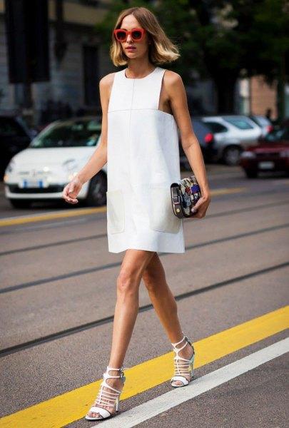 vit ärmlös mini-slida klänning med matchande remmar i klackarna med öppna tår