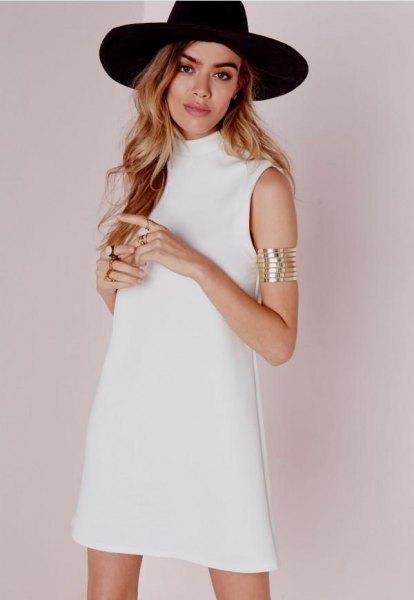 svart filthatt med vit ärmlös skiftklänning