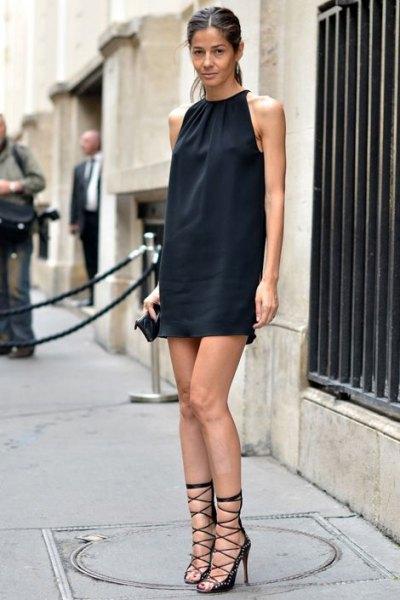 svart ärmlös mini-slida klänning med gladiator klackar