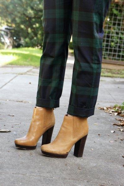 gröna rutiga byxor med ljusbruna läderstövlar med fotled