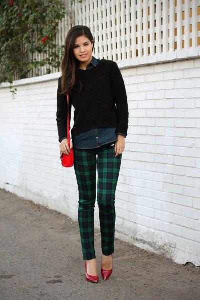 svart skjorta med knappar och mörkblå och gröna rutiga byxor