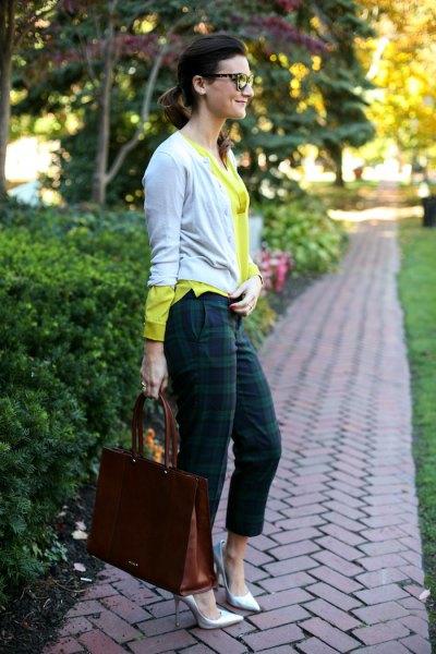 gul tröja med grå kofta och gröna byxor