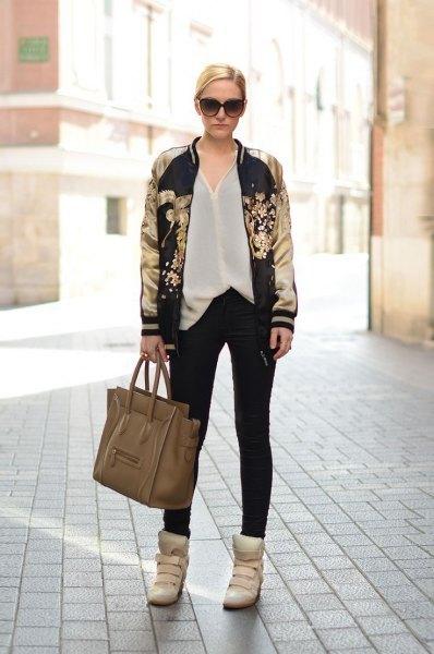 svart och guldtryckt bomberjacka vit chiffongskjorta