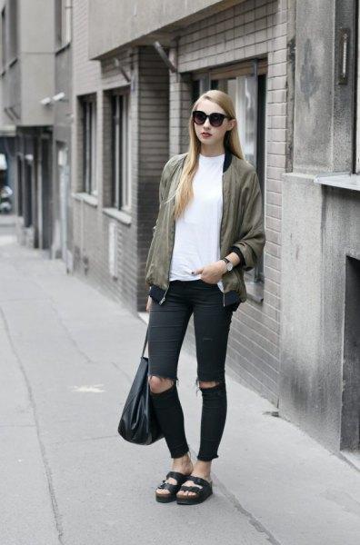 Rosa guldjacka vit t-shirt svart rippad skinny jeans