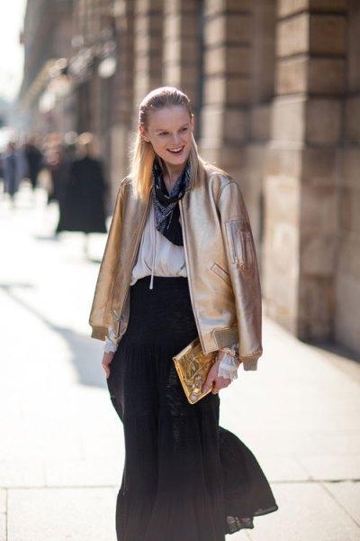 guld bomber jacka vit blus svart chiffong kjol