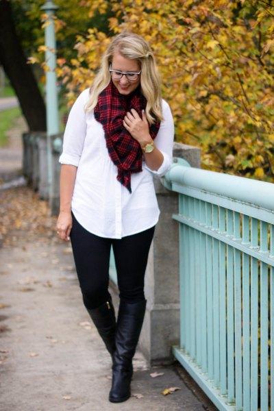 vit skjorta med knappar, röda och svarta pontebyxor med rutig halsduk