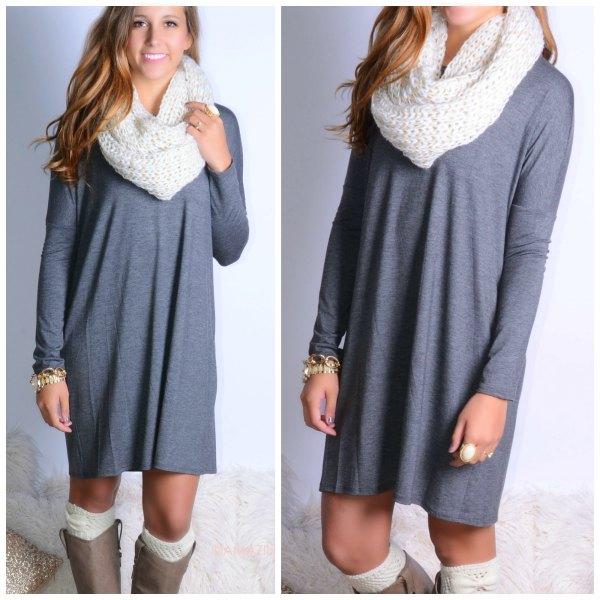 grå avslappnad långärmad klänning med vit halsduk