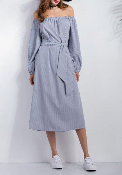 Chambray av midjan avslappnad klänning med axelband och sneakers