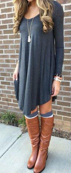 mörkgrå långärmad gungklänning med bruna läderstövlar
