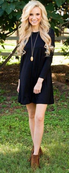 svart långärmad mini gungklänning med kamel ankelstövlar