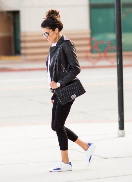 svart skinnjacka med leggings och vit tunikablus