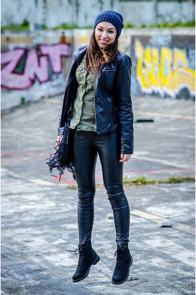 svart bikerjacka med grå, ribbad tröja och läderjackor