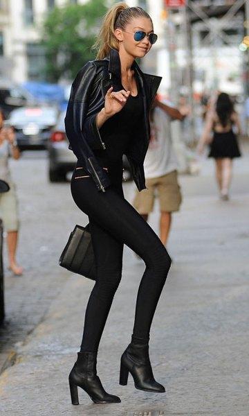 svart skinnjacka med leggings och fotkängor