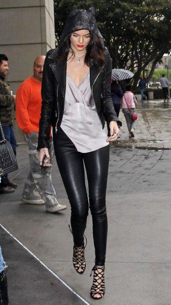 grå tunikablus i siden med V-ringning och damaskar i läder