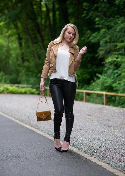 brun läderjacka med vit t-shirt med scoop hals och svarta leggings