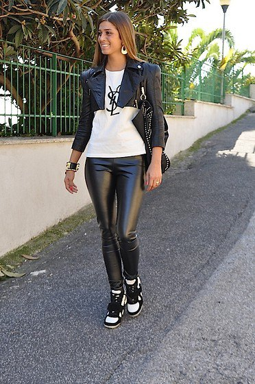 svart slim fit motojacka med vit grafisk t-shirt och läderjackor