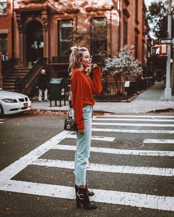 sliten röd tröja med jeans