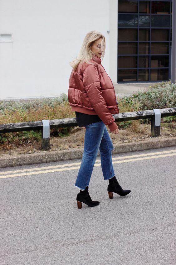 slitna pufferjacka med lägre jeans