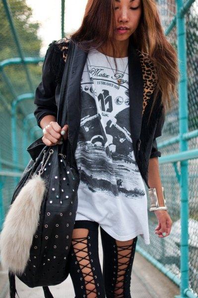 svart t-shirt med tunikatryck, casual blazer och snörning av gamacher