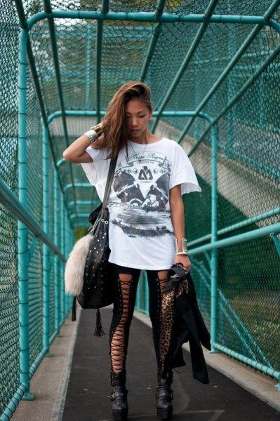 vit oversized grafisk t-shirt med svarta leggings och stövlar