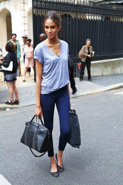 grå V-ringad t-shirt med beskurna smala jeans och svarta läderballeriner