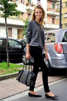 grå stickad tröja med rund halsringning, svarta dräneringsbyxor och ballerinor i läder