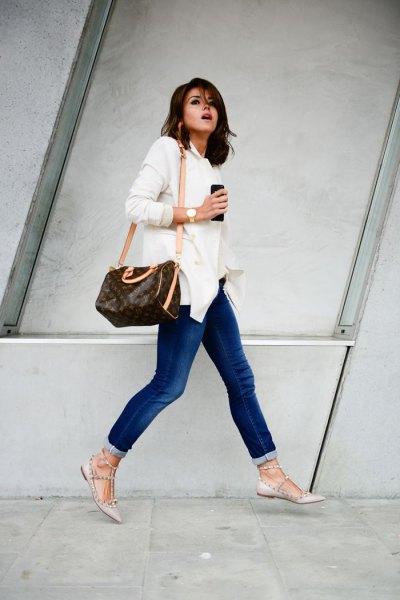 vit långärmad skjorta med knappar, jeans och rosa ballerinor gjorda i remskinn