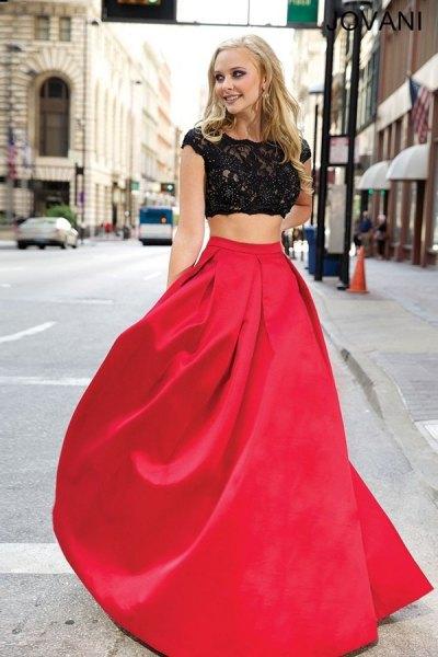 vit spetsblus med kepsärmar och en röd, golvlång, utsvängd kjol