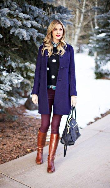 Mörkblå ullrockklänning med guldknähöga stövlar