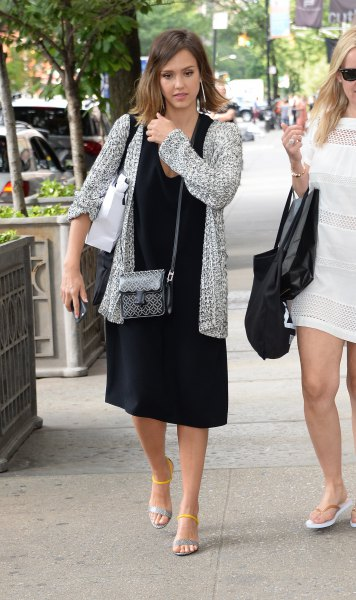 svart midiklänning ljunggrå stickad tröja kofta