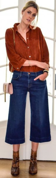 brun mockaskjorta med knappar och blå utsvängda, beskurna jeans