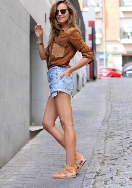 brun mockaskjorta med ljusblå jeansshorts