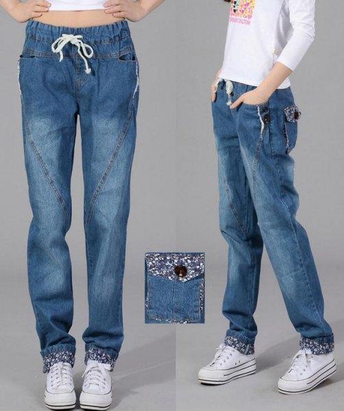 vit långärmad t-shirt med elastisk midja och baggy jeans med långa ärmar