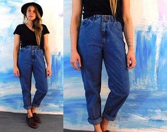 svart t-shirt blå jeans med manschett